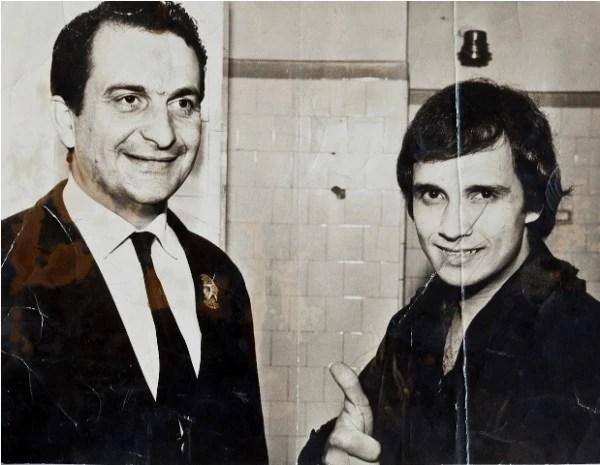 O delegado Paulo Bonchristiano e o cantor Roberto Carlos; na época da Jovem Guarda, o DOPS fazia a segurança da TV Record (Foto: Julia Rodrigues)