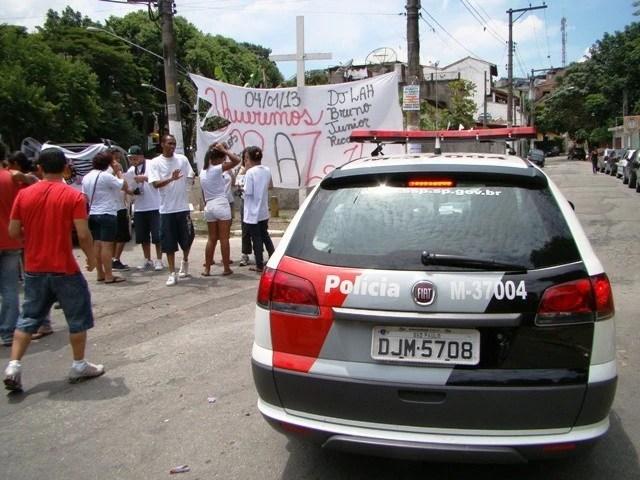 Na entrada do Jardim Rosana, uma cruz foi colocada em memória das sete vítimas da chacina de 04 de janeiro. Na rua à direita, mais adiante, fica o bar onde aconteceu o crime. Foto: Spensy Pimentel