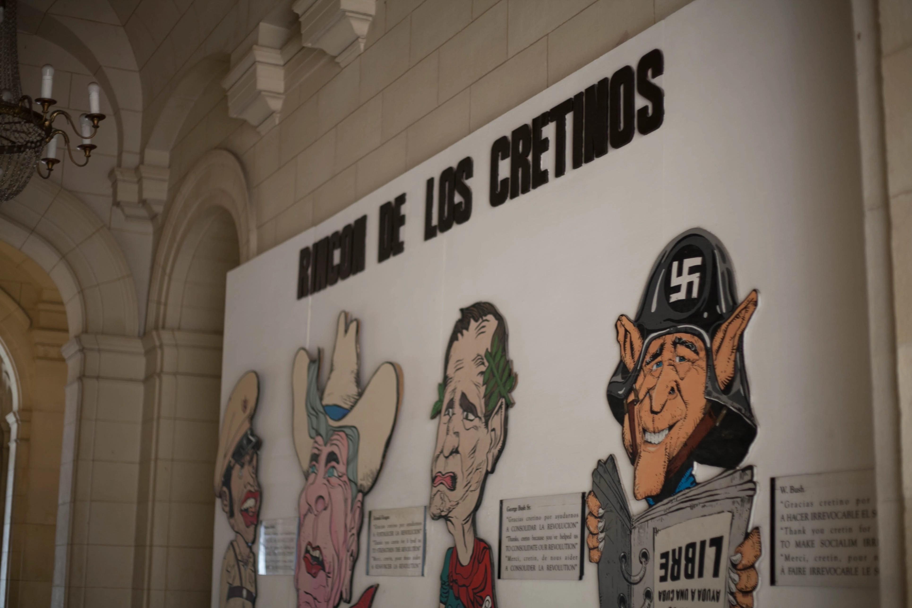 Painel no Museo de la Revolución com os inimigos: o ditador Fulgencio Batista, e os ex- presidentes americanos Ronald Reagan, Bush pai e Bush filho. Foto: Veruscka Girio