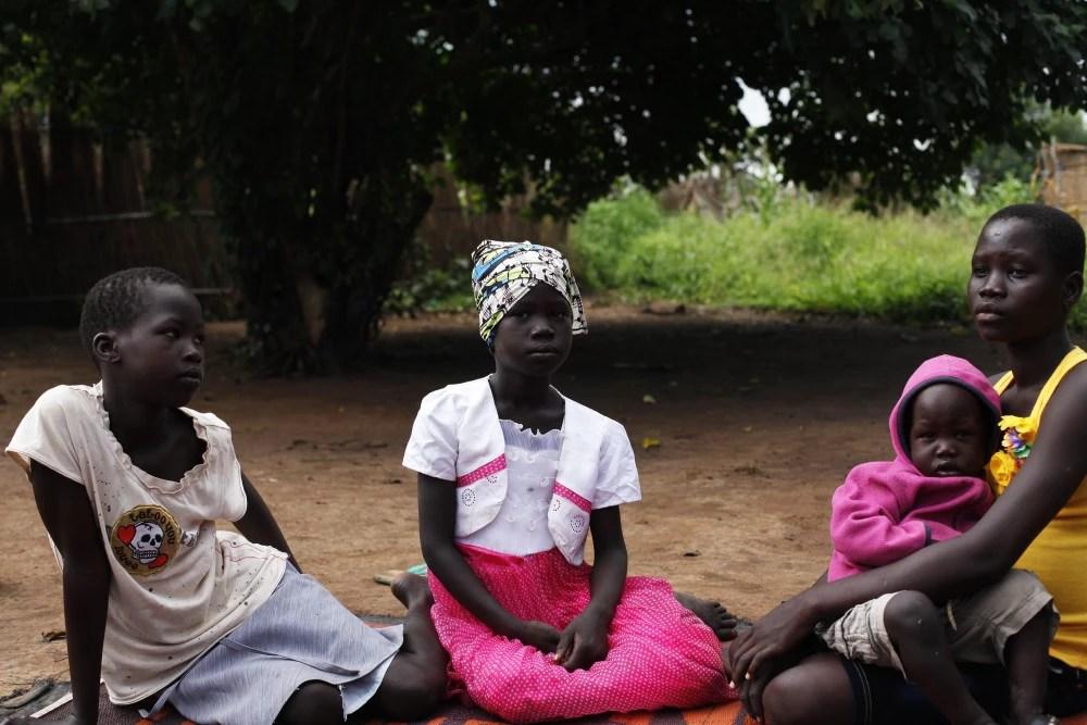 """Crianças Anuak no campo de refugiados Gorom, no Sudão do Sul. Muitos Anuak fugiram da Etiópia durante a campanha de reassentamento do governo chamada """"villagization"""" (formação de vilas). Foto: Andreea Campeanu/ICIJ"""