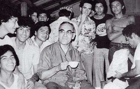 O mártir da teologia da libertação, Dom Oscar Romero, e alguns seminaristas em Playa el Majahual, El Salvador, em 1978.