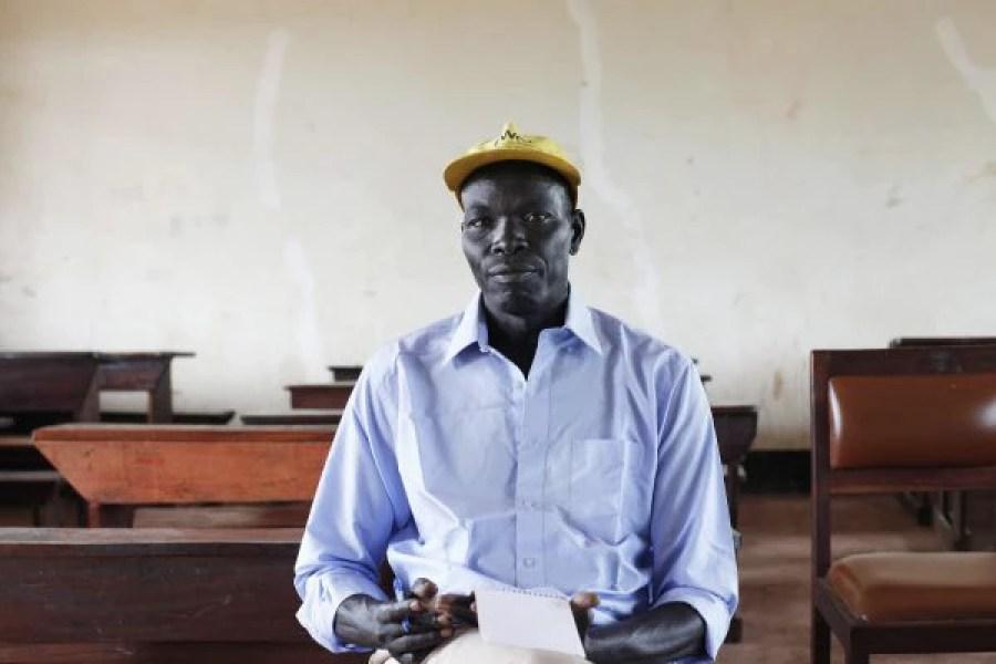 Othaw Ngiwo, ex-secretário de Educação de Gambella, em uma escola do campo de refugiados de Gorom (Foto: Andreea Campeanu / International Consortium of Investigative Journalists)
