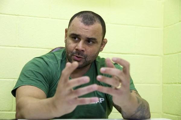 """O ex-soldado da PM, Rodrigo Nogueira, preso em Bangu 6 desde 2009, durante entrevista a Agência Pública, fala de seu livro """"Como nascem os monstros"""". Foto Bel Pedrosa. Rio 23.06.15"""