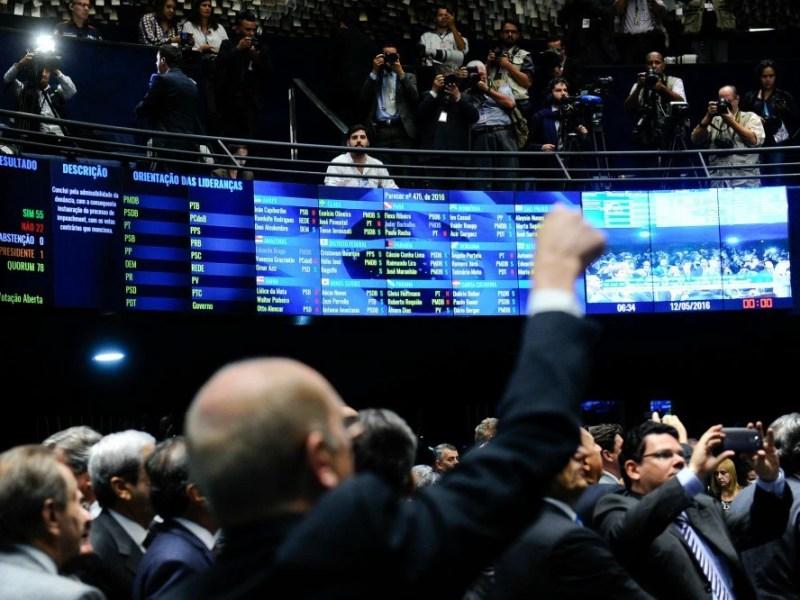Senadores aprovam continuidade do impeachment contra a presidente Dilma Rousseff