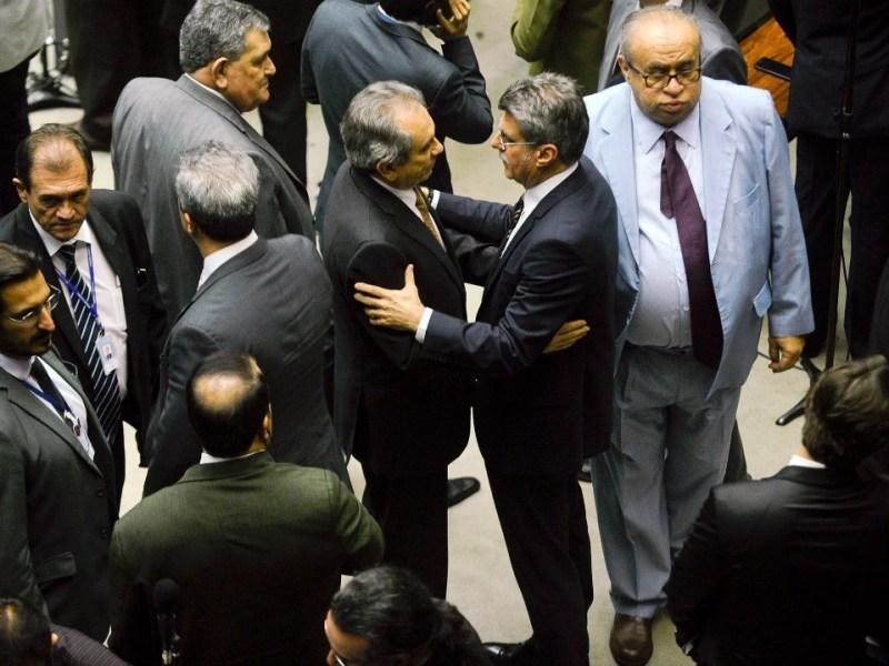 Senador Raimundo Lira (PMDB-PB) conversa com senador Romero Jucá (PMDB-RR), em sessão do Congresso que aprovou a nova meta fiscal