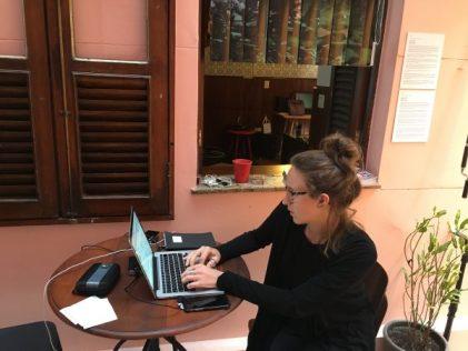 A jornalista italiana Caterina Clerici trabalha na varanda da Casa Pública
