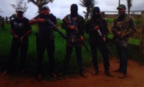 Pistoleiros posam para foto dentro da área do Complexo Divino Pai Eterno (Divulgação/Polícia Civil de Xinguara)