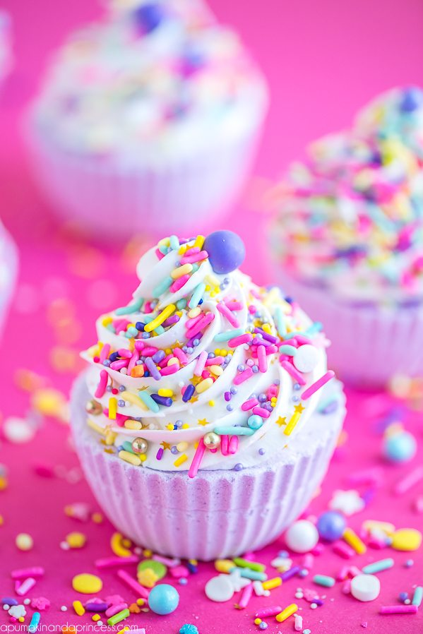 DIY Cupcake Bath Bombs – how to make a cupcake bath bomb with royal icing and sprinkles. This essential oil bath bomb makes a great handmade birthday gift!
