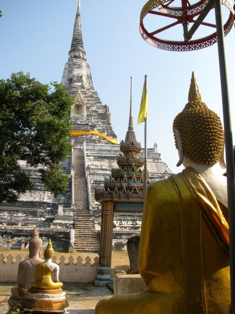 Figura de Buda y Chedi en Wat Phu Khao Thong