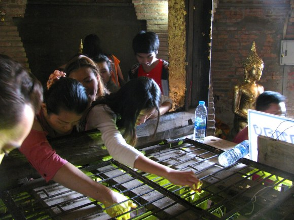 Fieles en Wat Yai Chaya Mongkol