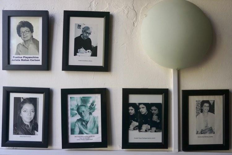 Cuadros de personajes destacados en el Café República, entre los que se encuentra el Gitano Rodríguez