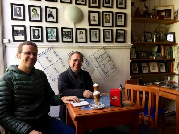 Hernán Castro y Alejandro Rodríguez en el Café República Independiente de Playa Ancha