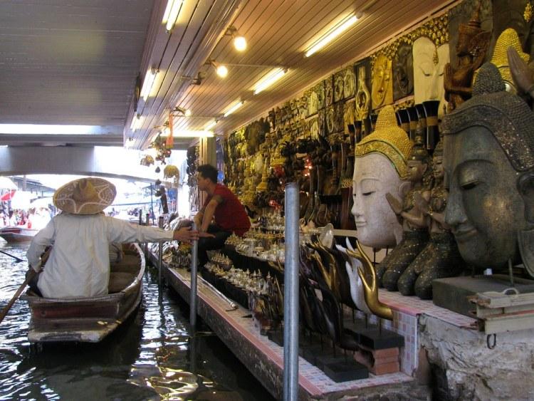 Figuras de Buda en el Mercado de Damnoen Saduak, Bangkok.