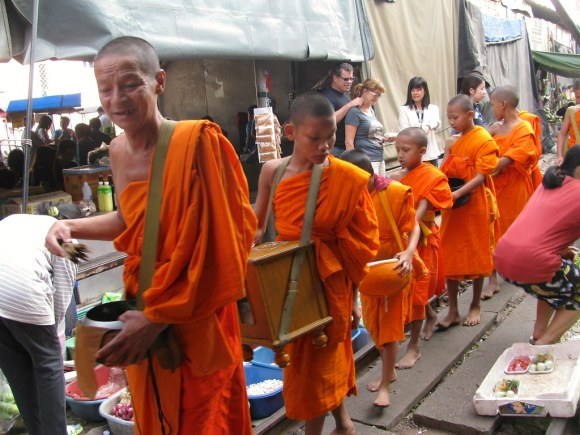 Monjes en los mercados de Bangkok