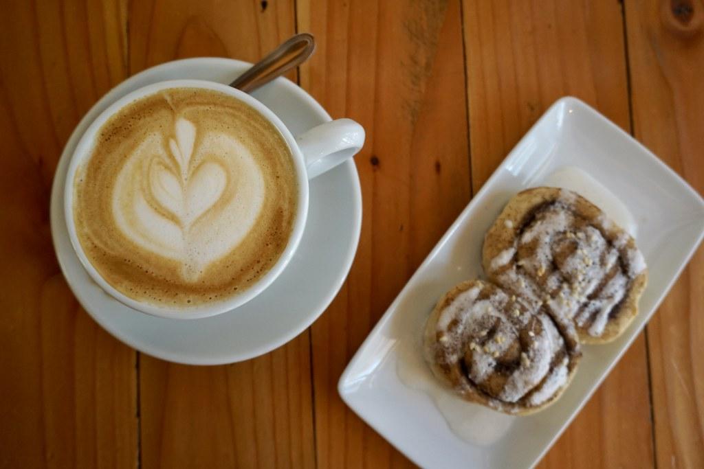 Capuccino y rollo de canela en Café 504