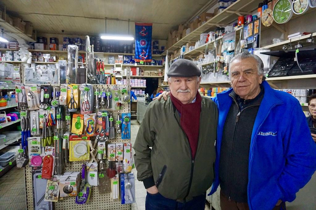 La Bandera Azul. César Pincheira junto a Carlos Viacava, dueño del local.