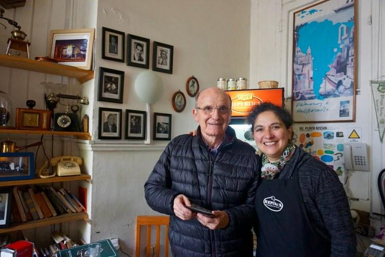 Cirilo Tuesta y Alicia Navarrete en el Café República Independiente de Playa Ancha