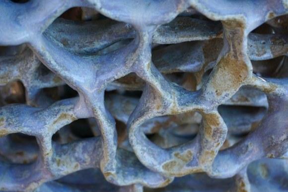 Detalle escultura abstracta biomórfica