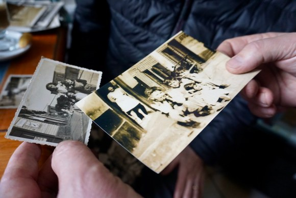 Revisando las fotos de Cirilo Tuesta en el Café República