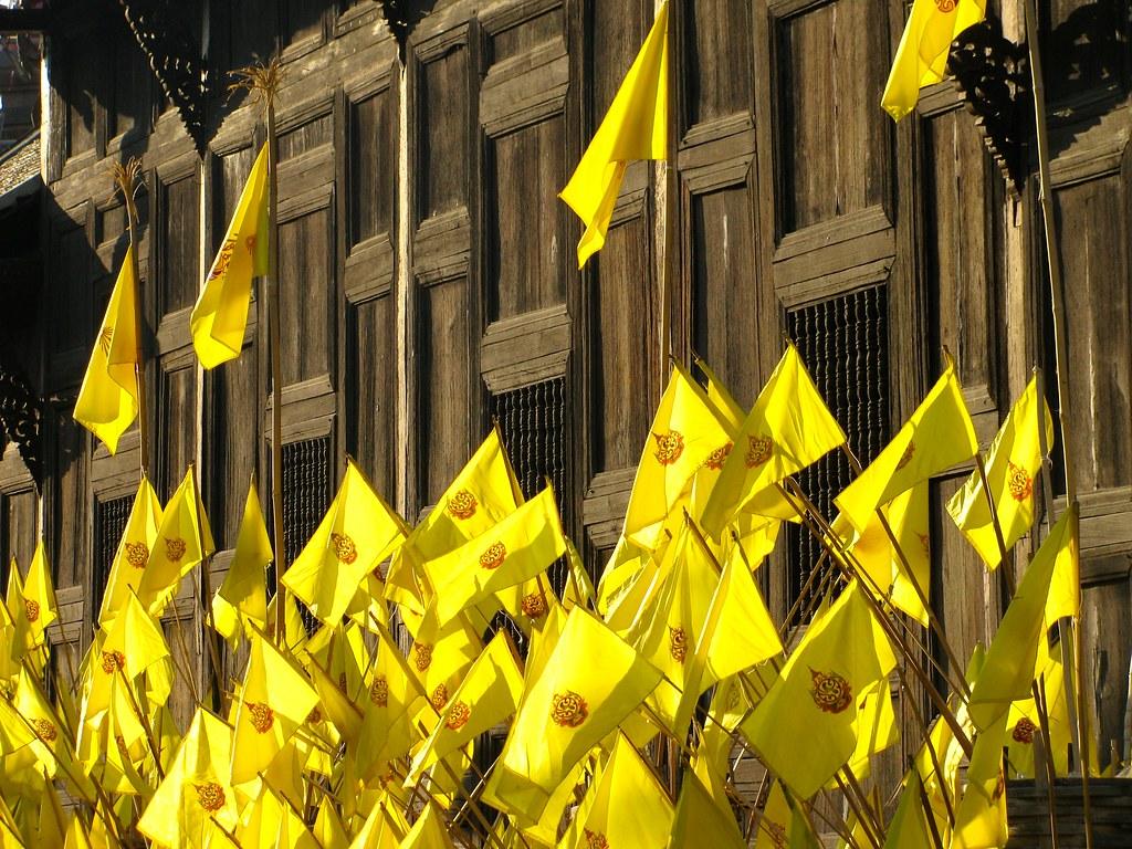 Banderas en Wat Phan Tao