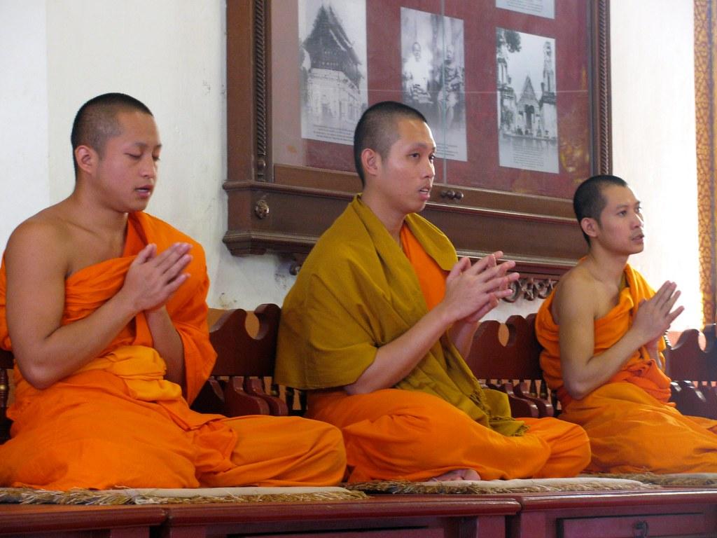 Monjes orando en Wat Phra Singh