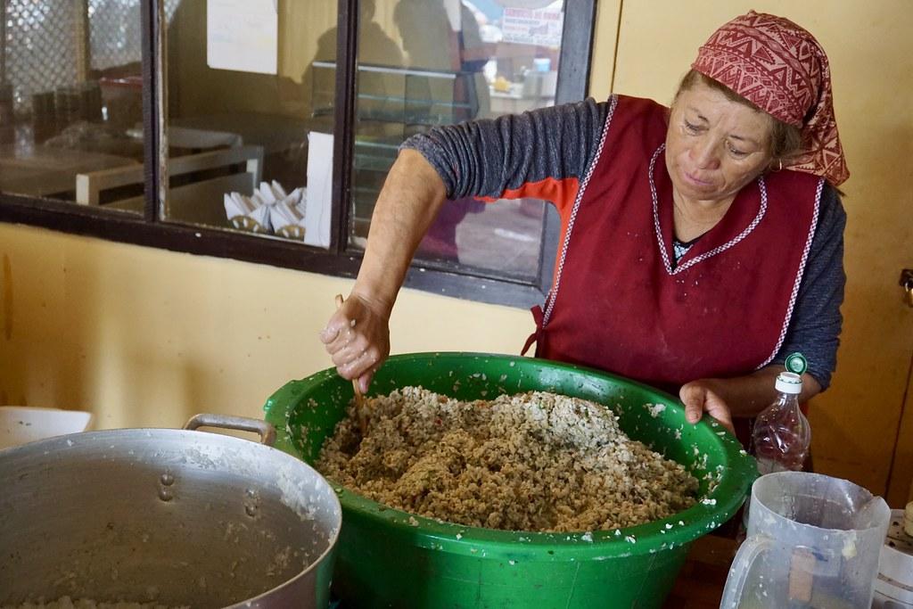 Preparación del ceviche de loco en el Centro gastronómico del Muelle San Agustín