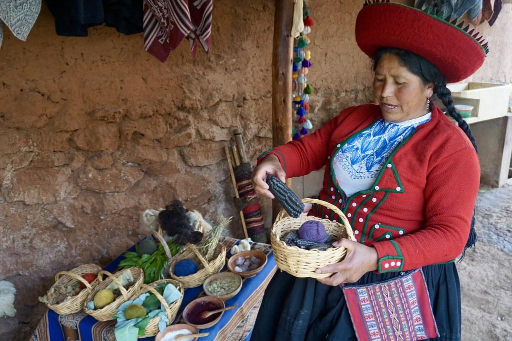 Técnicas de teñido y tejido artesanal en Chinchero