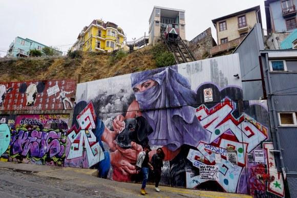 Calle Elías, bajo el ascensor Reina Victoria, subiendo al cerro Alegre