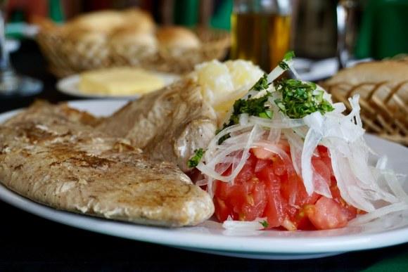 Reineta con ensalada a la chilena y papas mayo