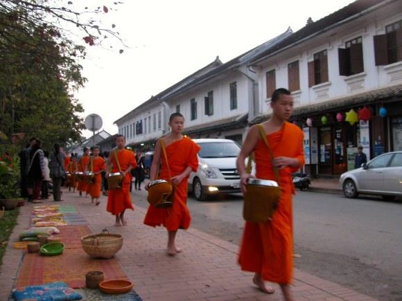 Ronda limosnera de monjes