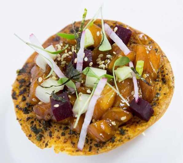 Pizza de alga nori con tartar de salmón
