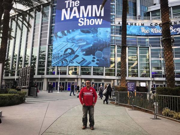 Hanung dengan Stranough Guitar Perkenalkan di Gital Travel di NaMM Show