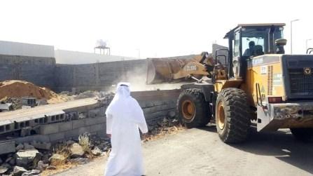 بلدية العزيزية الفرعية تزيل تعديات على أراض حكومية