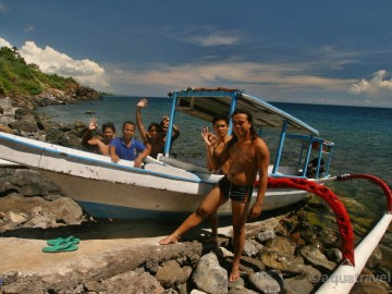 Jukungem kolem pobřeží ze Selang resortu