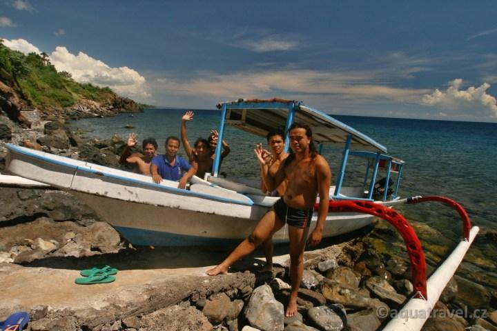 Jukungem kolem pobřežží ze Selang resortu