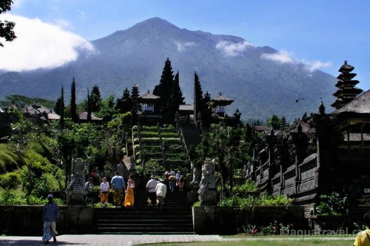 Besakih se sopkou Agung v pozadí