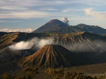 Kouřící krátery sopek Bromo (v popředí) a Semeru (v pozadí)