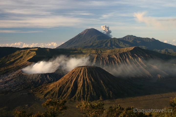 Kouřící krátery sopky Bromo