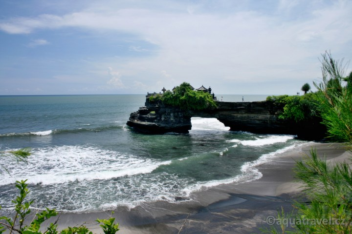 Útesy a chrám u Tanah Lot na Bali