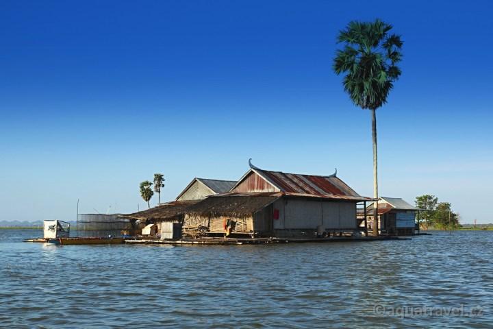Salotengah - plovoucí vesnice na jezeře Tempe na Sulawesi