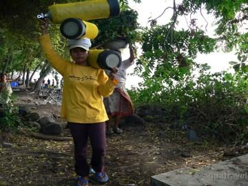 Nosičky neodmylitelně patří k potápění na Bali v Tulambenu