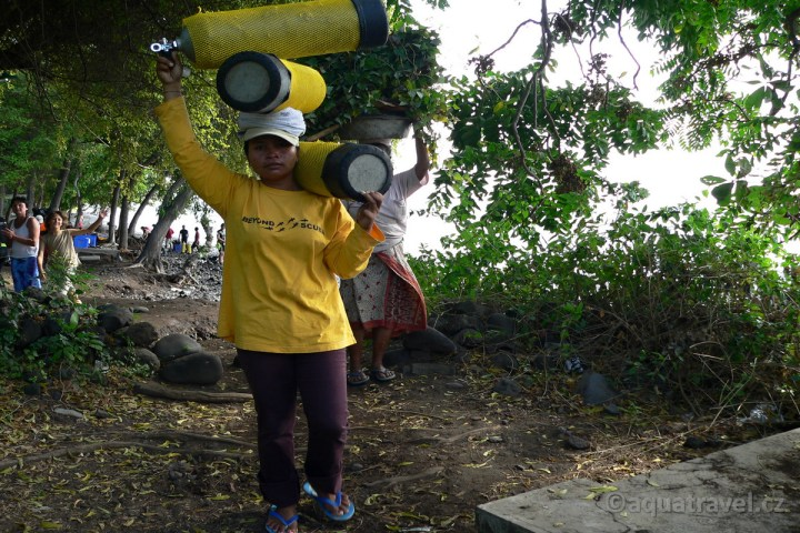Nosičky patří k potápění na Bali v Tulambenu