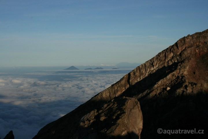 Batur a dalšší vrcholy směrem na západ Bali z Agungu