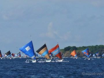 Rybáři se po ránu vracejí u ostrova Selang Bali