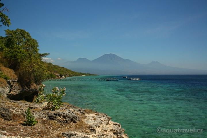 Pohled na Jávu z ostrova Menjangan