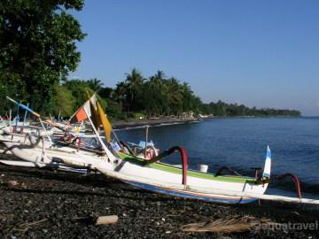 Pláž v Tulambenu na Bali. Jukungy lodě místních rybářů i pro dopravu potápěčů.