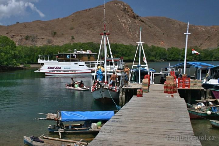 Rinca NP Komodo přístavišště a loď Perama