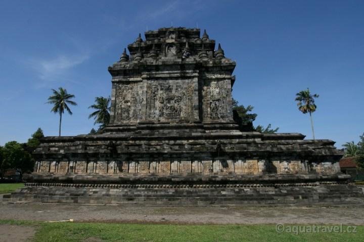 Mendut - stúpa svaté osy cestou od Borobuduru do Jogyakarty