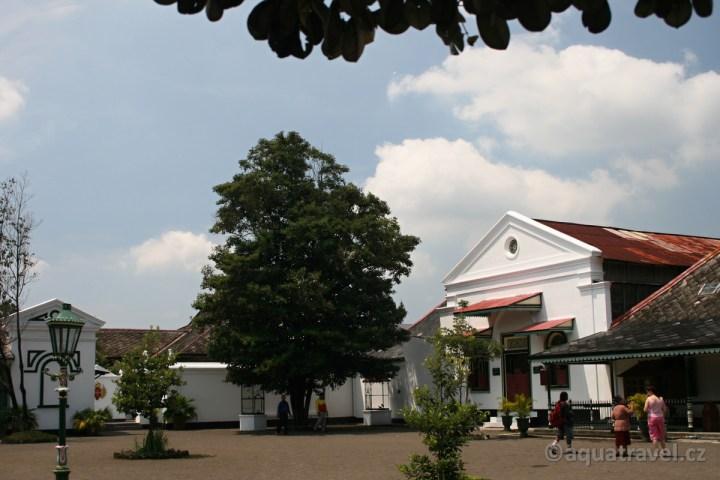 Kraton Jogyakarta - nádvoří sultánského paláce na Jávě