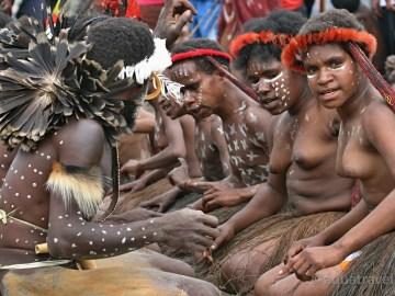 Zásnubní tance kmene Dani festival Baliemské údolí. Papua doba kamenná